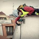 Montáž telefónej linky zo strechy