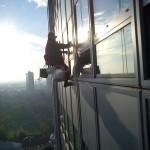 Umývanie okien 25 p. výškovej budovy pomocou horolezeckej techniky