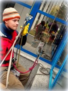 Umývanie okien a presklenných plôch pomocou horolezeckej techniky