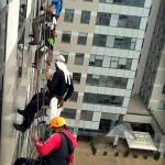 Umývanie okien horolezeckou technikou BBC