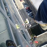 Umývanie okien výškovej budovy STU horolezeckou technikou