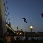 vyťahovanie sochy horolezeckov technikov na reštavráciu UFO na novom moste