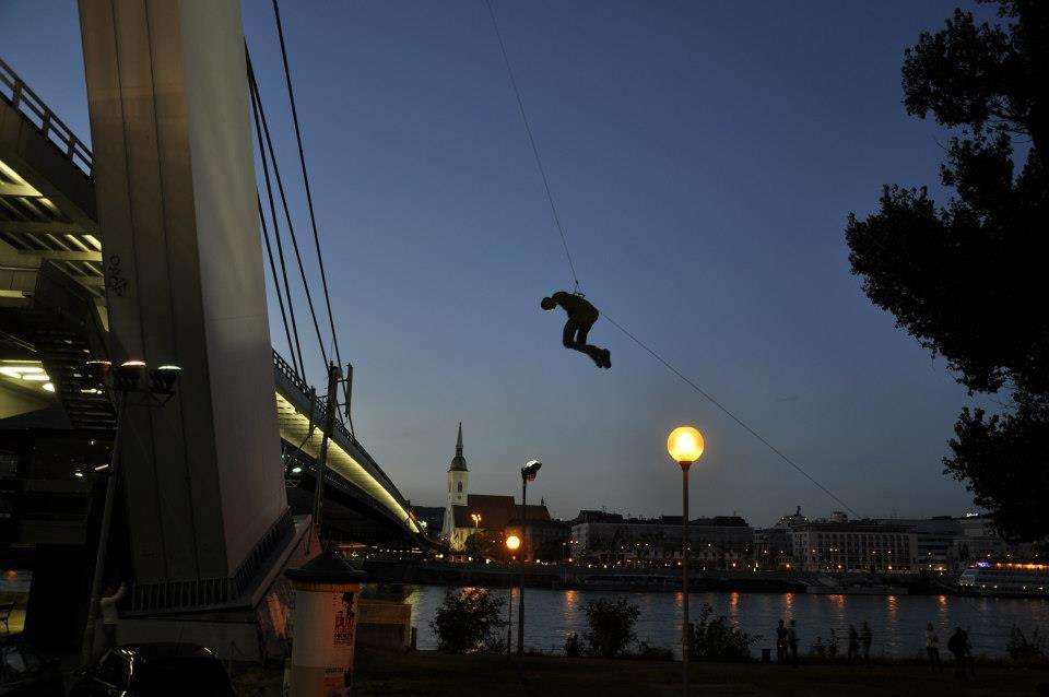 vyťahovanie sochy horolezeckou technikou na reštavráciu UFO na novom moste