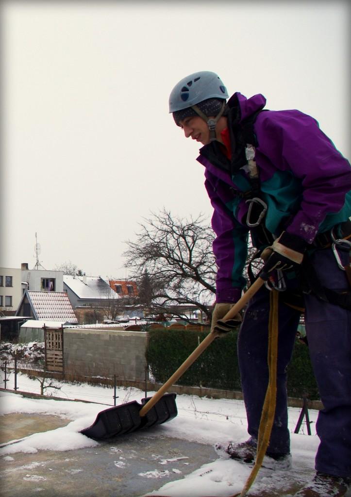 odpratavanie snehu zo striech pomocou horolezeckej techniky